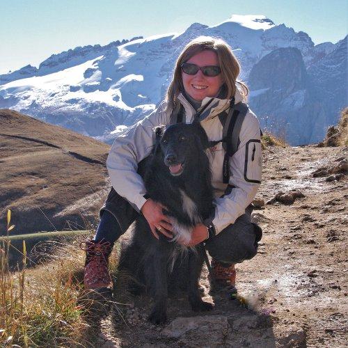 Anna Faldi abbraccia il suo cane