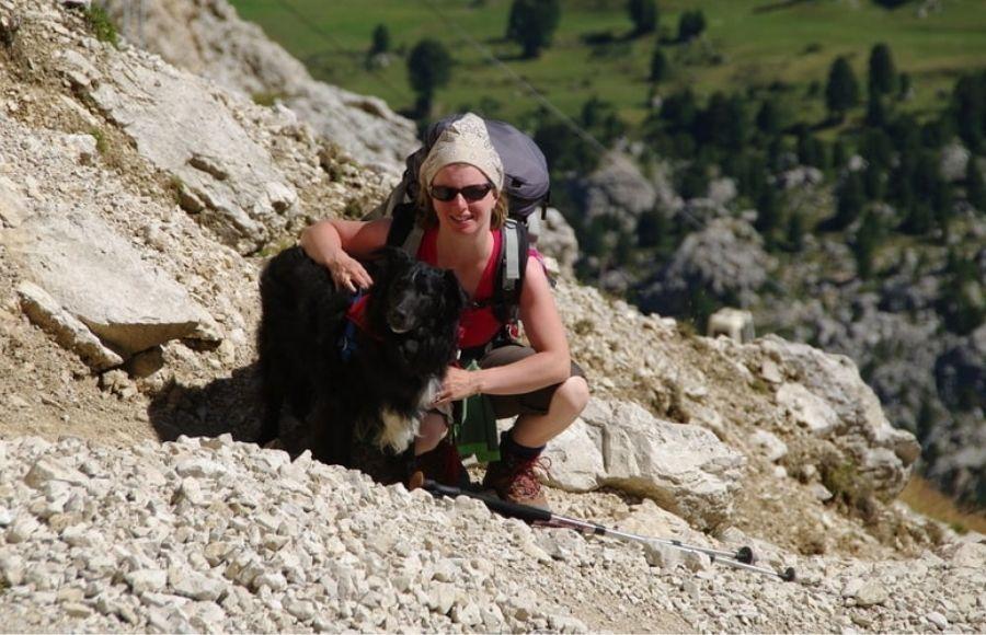 Anna Faldi ed il suo cane accovacciati